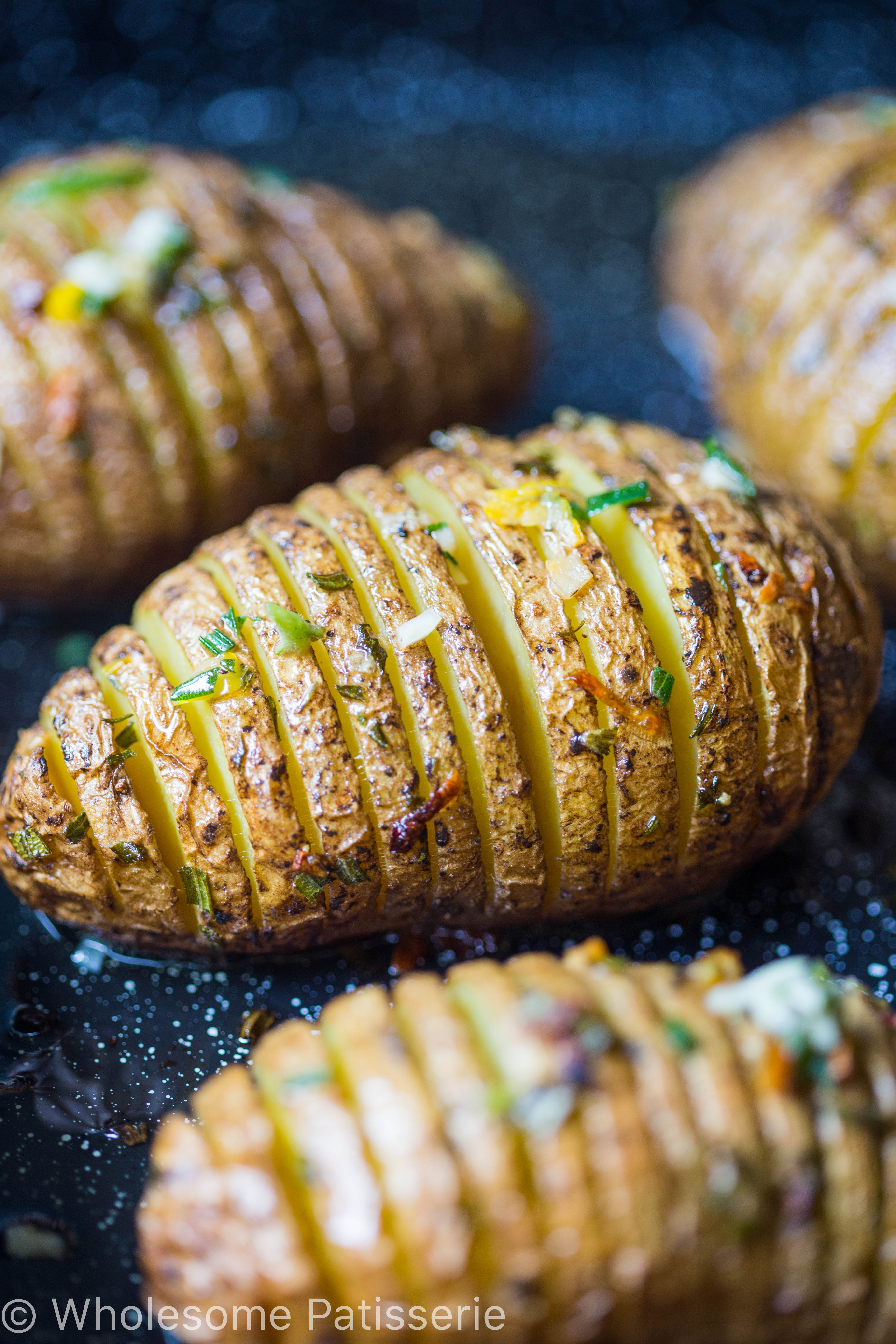 hasselback-potatoes-crispy-delicious-golden-easy-dinner-vegan-roast-potatoes-garlic