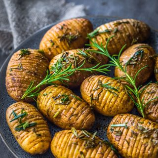 rosemary-garlic-mini-hasselback-potatoes-vegan-christmas-dinner-side-dish-easy
